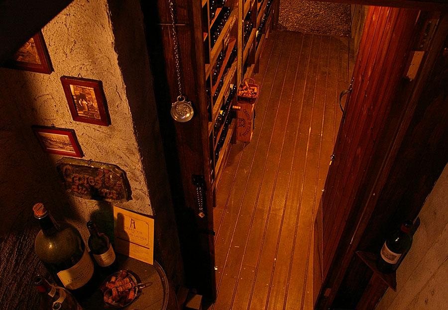 ワインセラーは地下のカーヴにスタッフで作りました
