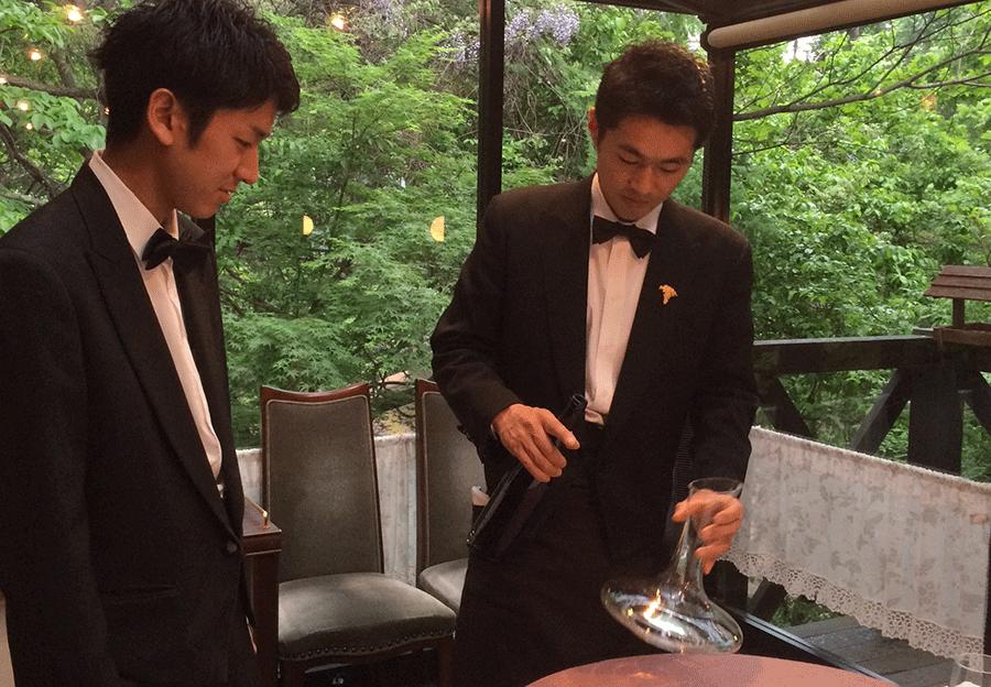 ワインをグラスに注ぐ練習