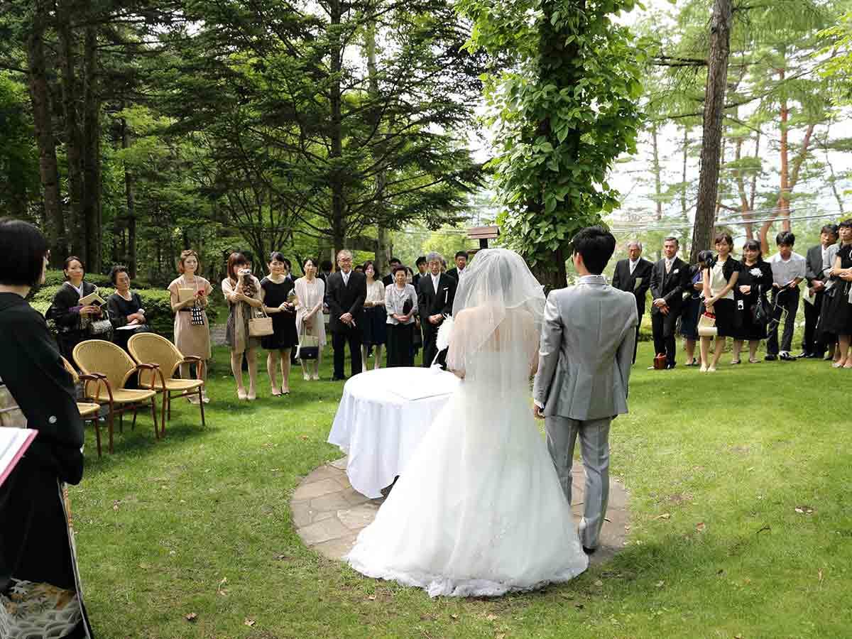 芝生の緑はドレスの白をより一層引き立ててくれます