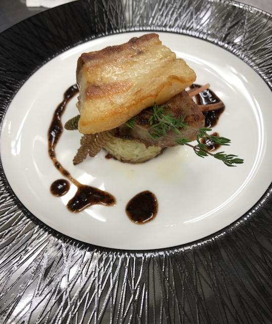 塩漬け豚肉の炭焼きと自家製ソーセージの盛り合わせ