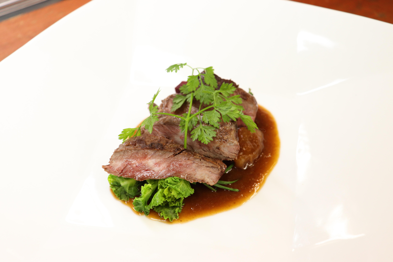 十勝若牛のポワレ じっくり煮込んだアキレス腱と玉ねぎソース 季節の野菜添え
