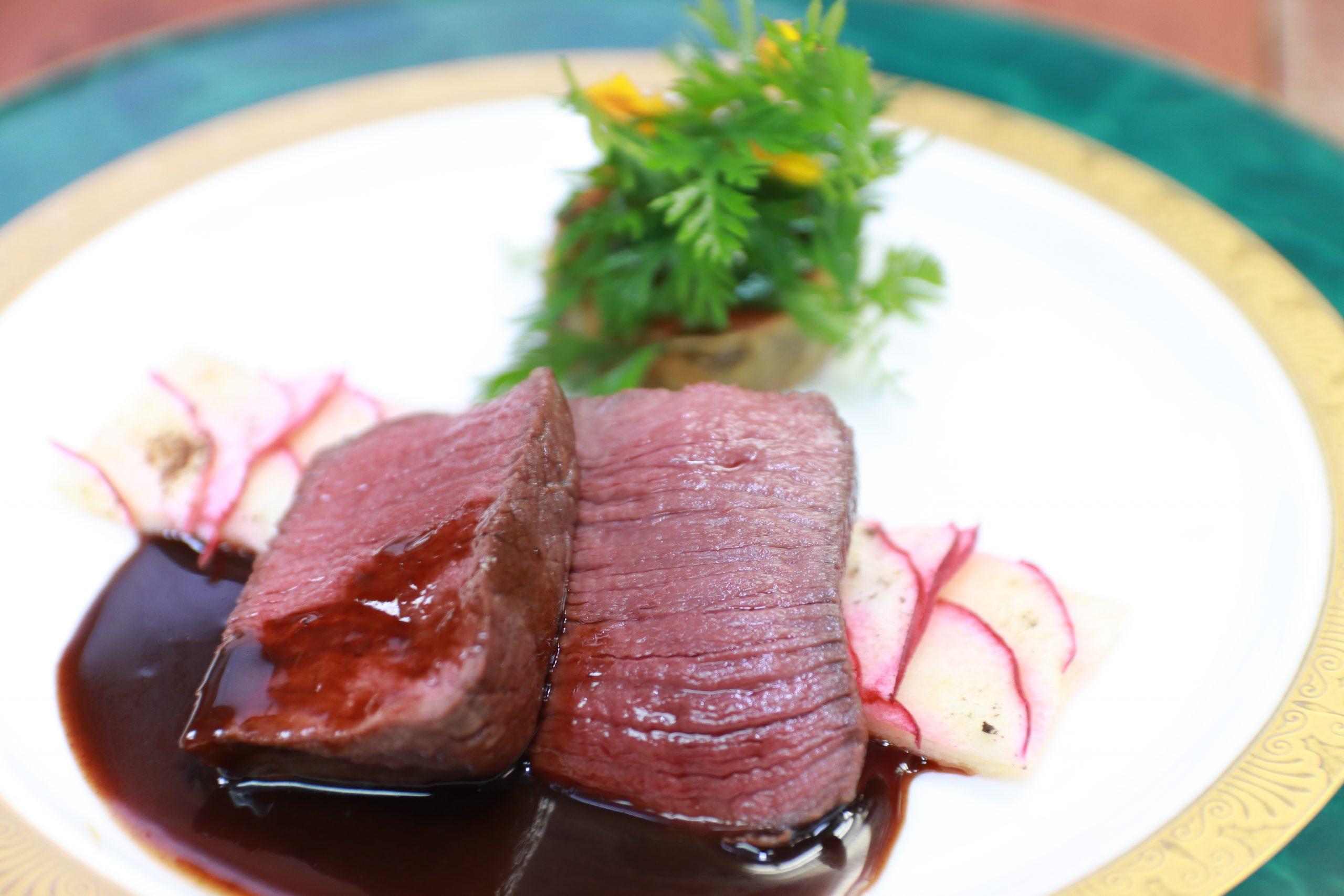 鹿肉のポワレ ジン香るジビエの赤ワインソース